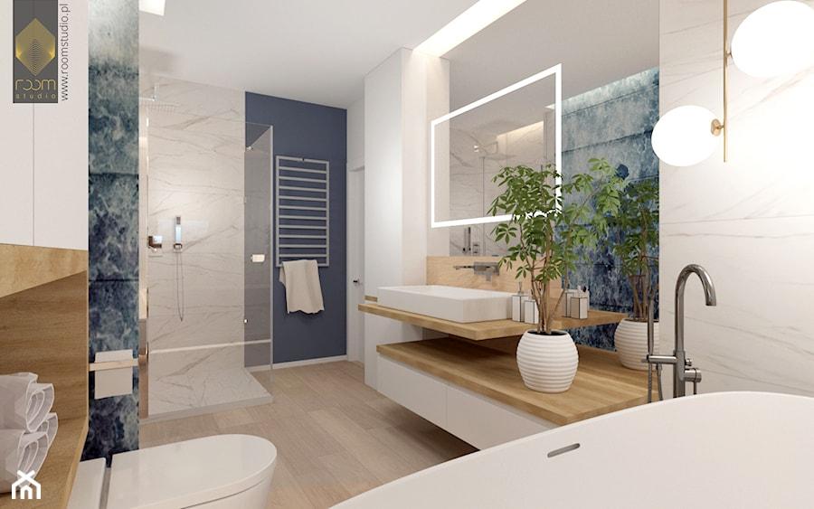 Łazienka z wanną - Duża biała niebieska łazienka w bloku w domu jednorodzinnym bez okna, styl nowoc ... - zdjęcie od ROOM STUDIO