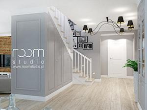 Dom jednorodzinny na Psim Polu, Wrocław - Średnie schody dwubiegowe drewniane, styl nowojorski - zdjęcie od ROOM STUDIO