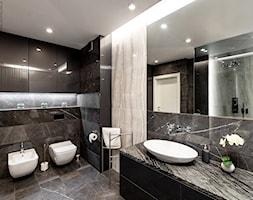 Wnętrze dla miłośników sztuki współczesnej - Średnia czarna łazienka w bloku w domu jednorodzinnym b ... - zdjęcie od ROOM STUDIO - Homebook