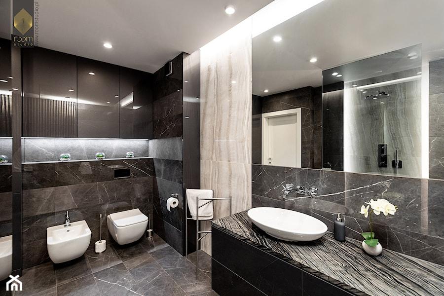 Wnętrze dla miłośników sztuki współczesnej - Średnia czarna łazienka w bloku w domu jednorodzinnym b ... - zdjęcie od ROOM STUDIO