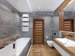 Łazienka szara z drewnem - Średnia szara łazienka w domu jednorodzinnym - zdjęcie od ROOM STUDIO
