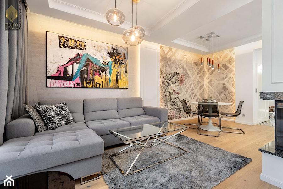 Wnętrze dla miłośników sztuki współczesnej - Średni szary biały salon z jadalnią, styl nowojorski - zdjęcie od ROOM STUDIO