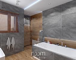 Łazienka szara z drewnem - Średnia szara łazienka w domu jednorodzinnym jako salon kąpielowy z oknem, styl nowoczesny - zdjęcie od ROOM STUDIO