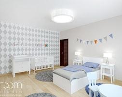 Dom na Grabiszynku we Wrocławiu - Duży biały szary pokój dziecka dla chłopca dla niemowlaka dla malucha - zdjęcie od ROOM STUDIO