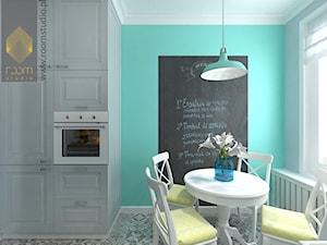 Kuchnia w dwóch odsłonach - Mała otwarta szara miętowa jadalnia w kuchni, styl vintage - zdjęcie od ROOM STUDIO