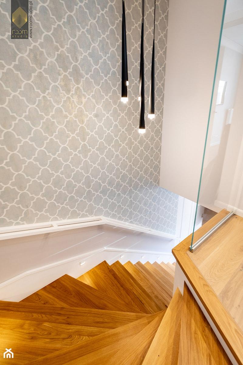 Wnętrze dla miłośników sztuki współczesnej - Schody, styl klasyczny - zdjęcie od ROOM STUDIO