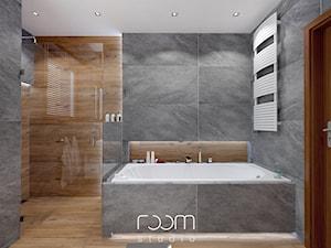 Łazienka szara z drewnem - Mała średnia łazienka w domu jednorodzinnym z oknem - zdjęcie od ROOM STUDIO