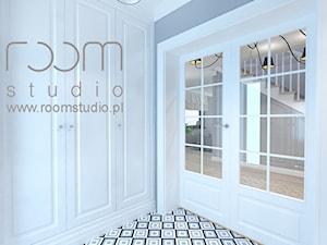 Dom jednorodzinny na Psim Polu, Wrocław - Mały biały szary hol / przedpokój, styl nowojorski - zdjęcie od ROOM STUDIO