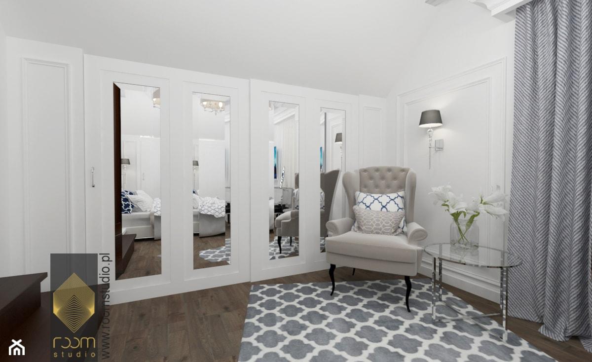 Sypialnia w stylu Hampton - Duża biała sypialnia małżeńska, styl nowojorski - zdjęcie od ROOM STUDIO - Homebook
