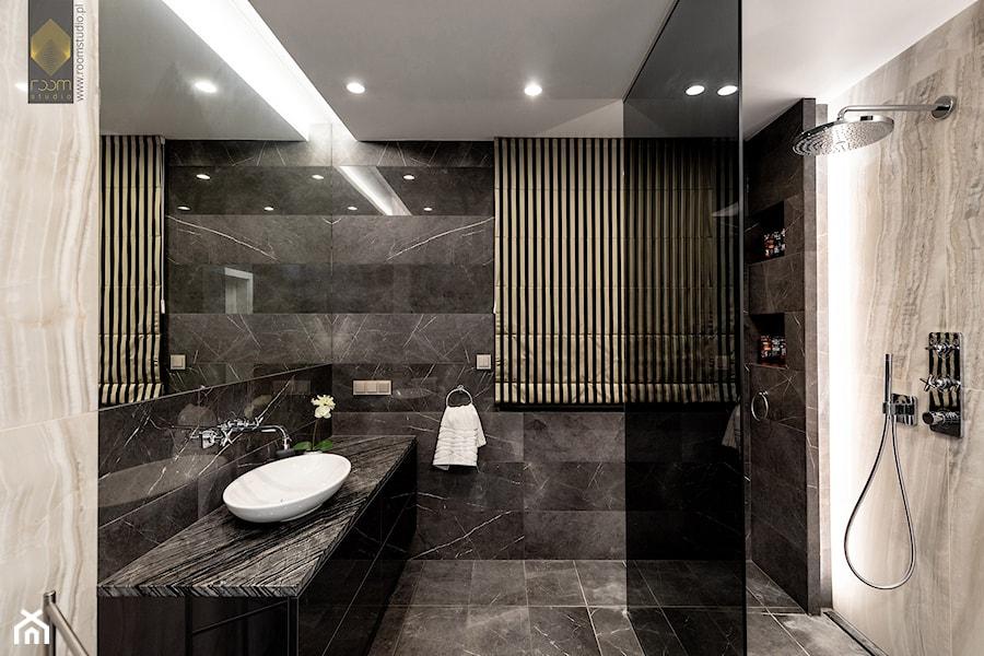Wnętrze dla miłośników sztuki współczesnej - Średnia beżowa czarna łazienka bez okna, styl nowoczes ... - zdjęcie od ROOM STUDIO