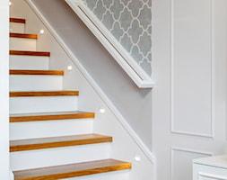 Wnętrze dla miłośników sztuki współczesnej - Schody, styl klasyczny - zdjęcie od ROOM STUDIO - Homebook