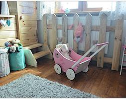POKÓJ NASZEJ CÓRKI - Mały szary pokój dziecka dla dziewczynki dla malucha, styl art deco - zdjęcie od Domek Za Lasem