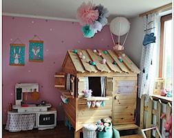 POKÓJ NASZEJ CÓRKI - Średni biały różowy pokój dziecka dla dziewczynki dla malucha, styl art deco - zdjęcie od Domek Za Lasem