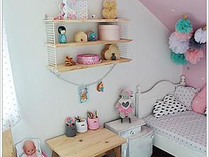 POKÓJ NASZEJ CÓRKI - Średni biały pastelowy różowy pokój dziecka dla dziewczynki dla malucha, styl art deco - zdjęcie od Domek Za Lasem