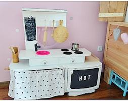 POKÓJ NASZEJ CÓRKI - Mały szary różowy pokój dziecka dla dziewczynki dla malucha, styl art deco - zdjęcie od Domek Za Lasem