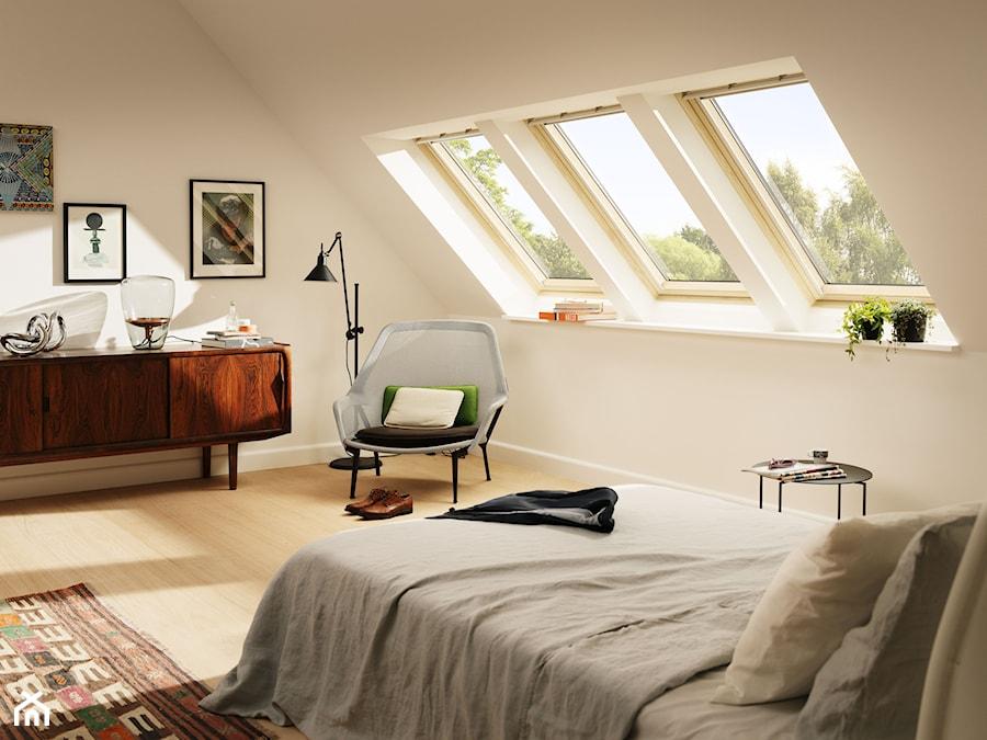 Sypialnia na poddaszu - inspiracje VELUX - Średnia biała sypialnia małżeńska na poddaszu, styl vintage - zdjęcie od VELUX