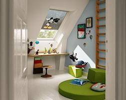 Pokój dziecięcy na poddaszu - inspiracje VELUX - Mały biały niebieski pokój dziecka dla chłopca dla malucha - zdjęcie od VELUX