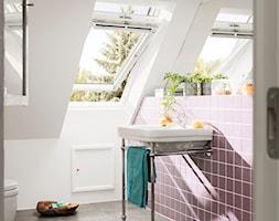 Łazienka na poddaszu - inspiracje VELUX - Mała biała łazienka na poddaszu w domu jednorodzinnym z oknem - zdjęcie od VELUX