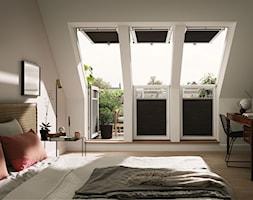 Sypialnia na poddaszu - inspiracje VELUX - Średnia beżowa biała sypialnia małżeńska na poddaszu z balkonem / tarasem, styl vintage - zdjęcie od VELUX