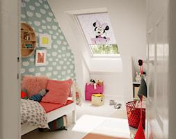 Pokój dziecięcy na poddaszu - inspiracje VELUX - Mały biały miętowy pokój dziecka dla dziewczynki dla malucha - zdjęcie od VELUX