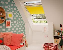 Pokój dziecięcy na poddaszu - inspiracje VELUX - Mały beżowy miętowy zielony pokój dziecka dla dziewczynki dla malucha, styl skandynawski - zdjęcie od VELUX