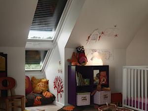 Pokój dziecięcy na poddaszu - inspiracje VELUX - Średni biały pokój dziecka dla dziewczynki dla niemowlaka, styl tradycyjny - zdjęcie od VELUX