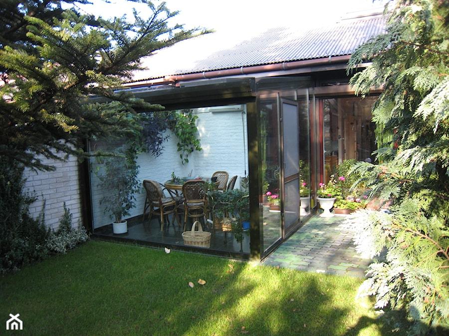Aranżacje wnętrz - Ogród: Ogród zimowy Kraków 6 - Mały ogród za domem, styl tradycyjny - ALPINA Ogrody zimowe ,. oranżerie, zadaszenia, szkło architektoniczne . Przeglądaj, dodawaj i zapisuj najlepsze zdjęcia, pomysły i inspiracje designerskie. W bazie mamy już prawie milion fotografii!