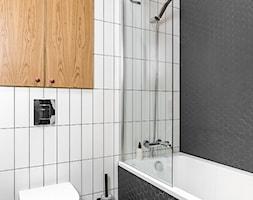 """JT GRUPA - NEPTUN PARK GDAŃSK - """"LOFT"""" 2018 - Mała biała szara łazienka w bloku w domu jednorodzinny ... - zdjęcie od jtgrupa - Homebook"""