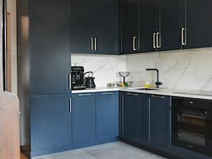 Kuchnia i Calacatta - Średnia otwarta biała szara kuchnia w kształcie litery l w aneksie, styl klasyczny - zdjęcie od GUST MEBLE