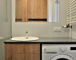 Mieszkanie na Ursynowie - Mała biała łazienka na poddaszu w bloku w domu jednorodzinnym bez okna, styl tradycyjny - zdjęcie od GUST MEBLE