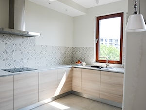 Mieszkanie w Forcie - Średnia otwarta biała beżowa kuchnia w kształcie litery l w aneksie z oknem, styl nowoczesny - zdjęcie od GUST MEBLE