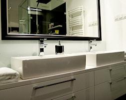 Apartament na Mokotowie - Biała łazienka bez okna, styl minimalistyczny - zdjęcie od We-ska design.