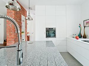 W starych sosnach - Duża otwarta biała kuchnia w kształcie litery l z wyspą, styl industrialny - zdjęcie od We-ska design.