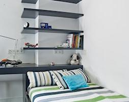 W starych sosnach - Średni biały pokój dziecka dla chłopca dla nastolatka, styl industrialny - zdjęcie od We-ska design. - Homebook