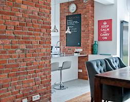 W starych sosnach - Średnia otwarta biała jadalnia w kuchni, styl industrialny - zdjęcie od We-ska design.