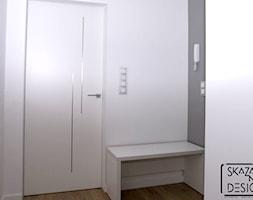 APARTAMENT W KATOWICACH W STYLU MODERN CLASSIC - REALIZACJA - Mały biały szary hol / przedpokój, styl nowoczesny - zdjęcie od SKAZANI NA DESIGN Studio Architektury
