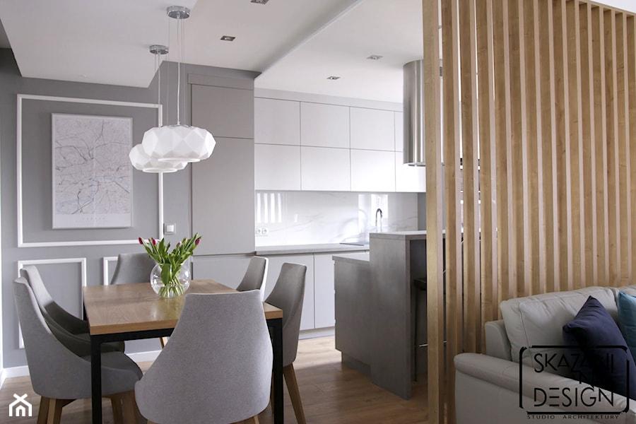 APARTAMENT W KATOWICACH W STYLU MODERN CLASSIC - REALIZACJA - Mała otwarta szara kuchnia dwurzędowa w aneksie z oknem, styl nowoczesny - zdjęcie od SKAZANI NA DESIGN Studio Architektury