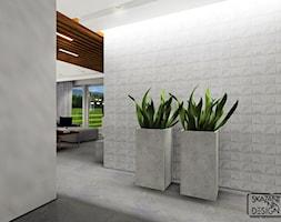 DOM JEDNORODZINNY Z AKCENTAMI MIEDZI - Mały biały hol / przedpokój, styl nowoczesny - zdjęcie od SKAZANI NA DESIGN Studio Architektury