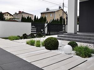 OGRÓD PRZYDOMOWY W WARSZAWIE - Średni ogród przed domem zadaszony przedłużeniem dachu, styl nowoczesny - zdjęcie od Line Design
