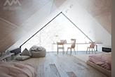 mieszkanie na poddaszu, drewniana podłoga, beżowa pufa, różowe łóżko