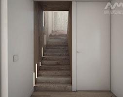 Projekt domu w Józefowie - Małe wąskie schody jednobiegowe drewniane, styl minimalistyczny - zdjęcie od Ania Masłowska