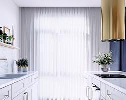Marmurowa wyspa kuchenna ze złotym okapem - zdjęcie od GLOBALO.PL - Ciche i wydajne okapy kuchenne - Homebook