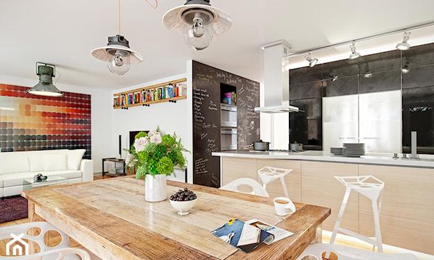 duży stół drewniany, jasne wnętrze