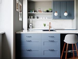 Błękitne szafki w klasycznej kuchni z okapem Hoxado 80