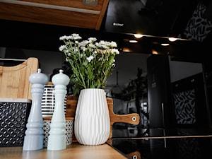 Piękny projekt kuchni w drewnie z okapem Mirida 90.3 Black