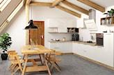 kuchnia scandi z sielskimi drewnianymi elementami