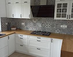 Biała kuchnia z drewnianym blatem i okapem Larto 90.3 - Kuchnia, styl nowoczesny - zdjęcie od GLOBALO.PL - Ciche i wydajne okapy kuchenne - Homebook