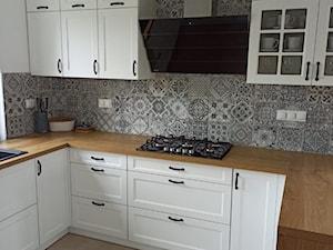 Biała kuchnia z drewnianym blatem i okapem Larto 90.3