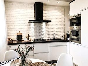 Biała kuchnia z czarnymi dodatkami i okapem Verta - zdjęcie od GLOBALO.pl