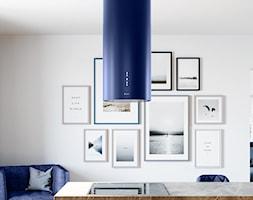 Jasna kuchnia otwarta na salon z niebieskim okapem - zdjęcie od GLOBALO.PL - Ciche i wydajne okapy kuchenne - Homebook